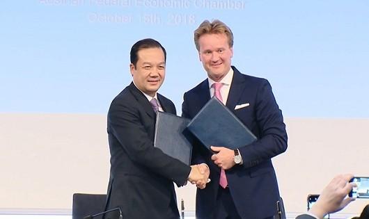 Tổng Giám đốc Tập đoàn Phạm Đức Long (bên trái) và Chủ tịch công ty Rosendahl Nextrom GmbH Georg KNILLký kết thỏa thuận hợp tác