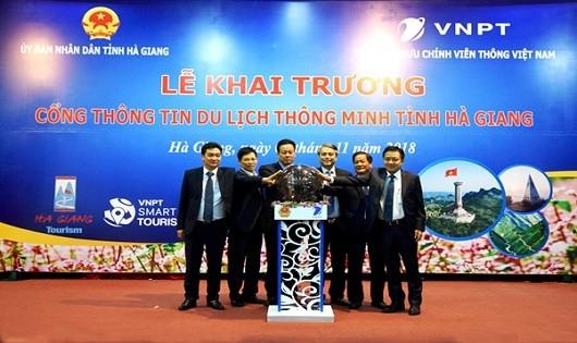 Đại diện lãnh đạo UBND tỉnh Hà Giang và Tập đoàn VNPT nhấn nút khai trương Cổng thông tin du lịch thông minh tỉnh Hà Giang