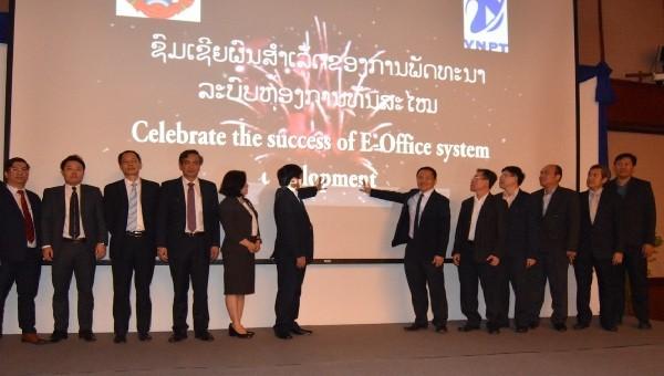 Các đại biểu nhấn nút khai trương Hệ thống quản lý văn bản điện tử E-Office.
