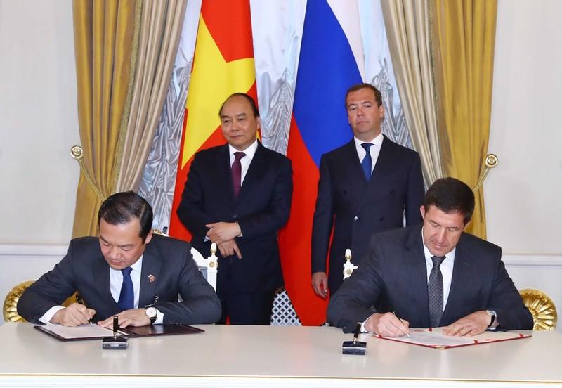 Tổng Giám đốc Tập đoàn VNPT Phạm Đức Long và Lãnh đạo các Công ty Kaspersky, Rostelecom và FORS ký biên bản ghi nhớ trước sự chứng kiến của Thủ tướng Việt Nam Nguyễn Xuân Phúc và  Thủ tướng Liên bang Nga Dmitry Medvedev