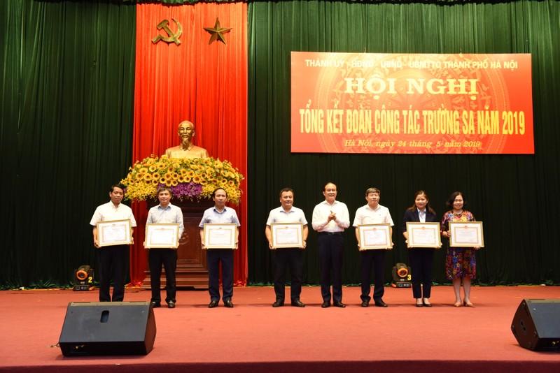 Đại diện tập đoàn Tân Á Đại Thành nhận bằng khen của TP. Hà Nội vì những đóng góp cho Trường Sa