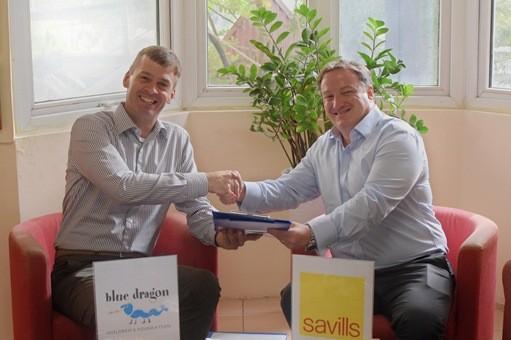 Ông Michael Brosowski (trái) và ông Neil MacGregor (phải) ký kết hợp tác giữa Savills Việt Nam & Blue Dragon