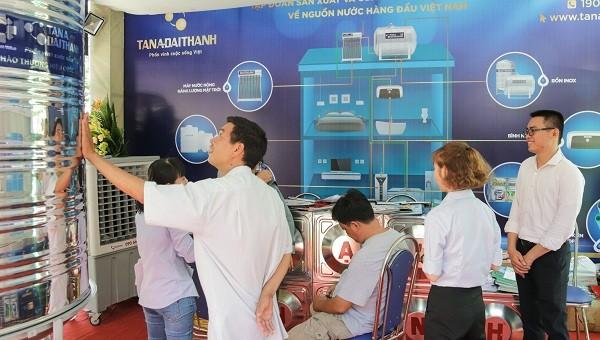 Nhiều khách hàng quan tâm tìm hiểu các sản phẩm của Tân Á Đại Thành được giới thiệu tại Triển lãm