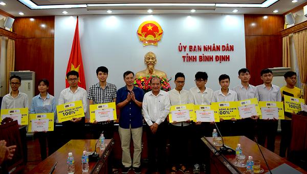 10 suất học bổng toàn phần ngành AI đã được Đại học FPT trao cho 10 học sinh giỏi tỉnh Bình Định.