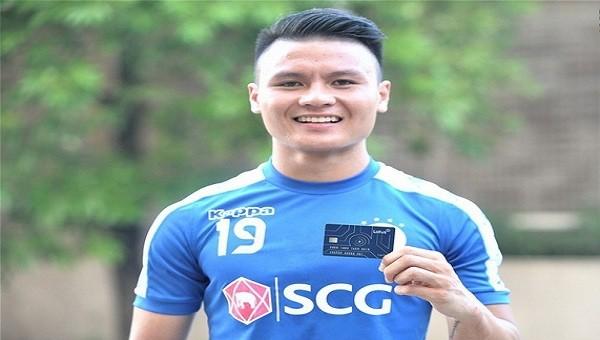 Cầu thủ Quang Hải khoe Thẻ mời của MXH Lotus.