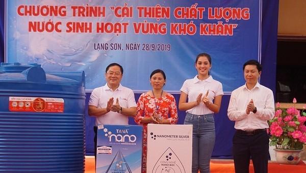 Hoa hậu Tiểu Vy trao tặng bình nước ở trường học miền núi Lạng Sơn