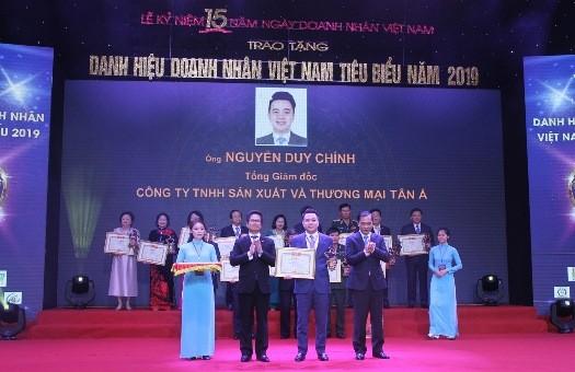 Ông Nguyễn Duy Chính – Tổng giám đốc Tập đoàn Tân Á Đại Thành - nhận bằng chứng nhận Doanh nhân Việt Nam tiêu biểu – Cúp Thánh Gióng 2019