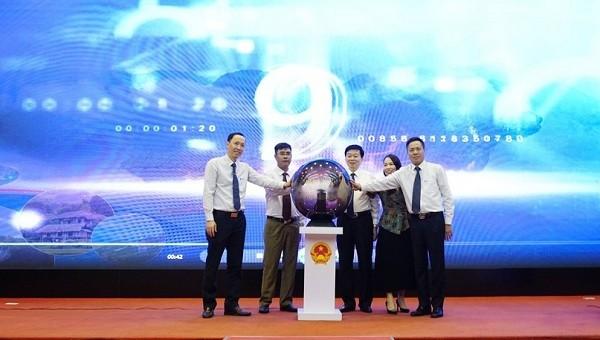 Lãnh đạo UBND tỉnh Hòa Bình và Tập đoàn VNPT ấn nút  khai trương Cổng Du lịch thông minh tỉnh Hòa Bình.