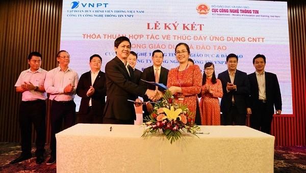 Ông Nguyễn Minh Luân - Phó Giám đốc Công ty Công nghệ thông tin VNPT và bà Đặng Thị Oanh - Phó Cục trưởng Cục CNTT (Bộ GD&ĐT) ký thỏa thuận hợp tác về đẩy mạnh ứng dụng CNTT trong GD&ĐT giai đoạn 2019-2024