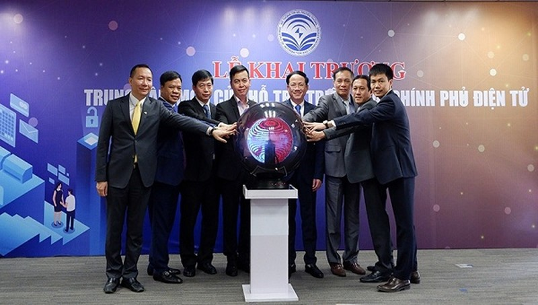 Thứ trưởng Bộ TT&TT Phạm Anh Tuấn cùng đại diện các cơ quan, đơn vị thực hiện nghi thức khai trương Trung tâm một cửa hỗ trợ triển khai CPĐT
