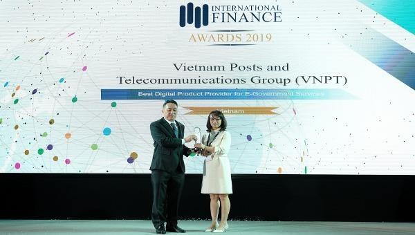 Bà Đỗ Mai Lan – đại diện của Tập đoàn VNPT - nhận Cup của Ban tổ chức