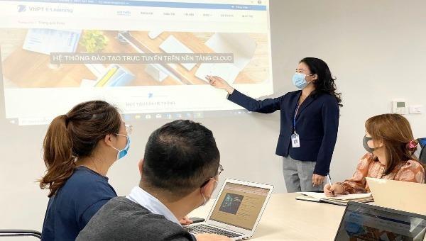 Chuyên gia VNPT giới thiệu giải pháp VNPT E-Learning cho giáo viên.