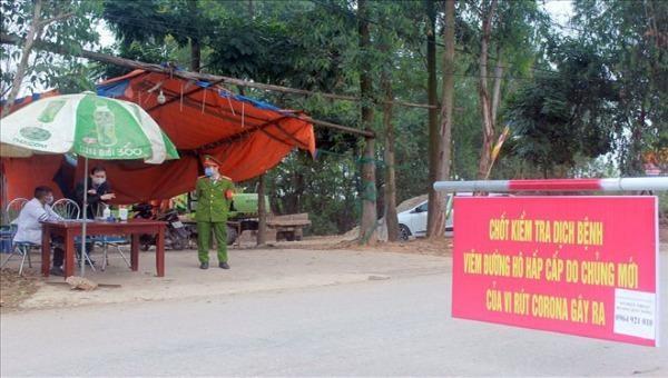 Chốt kiểm soát khu vực cách ly ở xã Sơn Lôi (huyện Bình Xuyên, tỉnh Vĩnh Phúc).