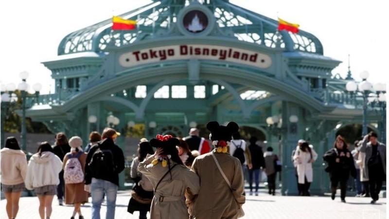 Du khách bên ngoài Disneyland Tokyo. Ảnh: Reuters, chụp ngày 28/2/2020.