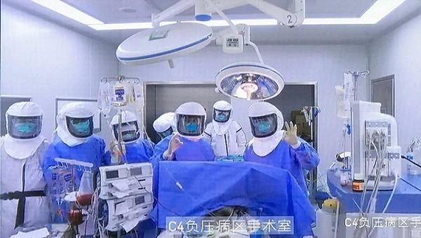 Ê kíp phẫu thuật ghép phổi cho bệnh nhân nCoV. Ảnh: Bastillepost.