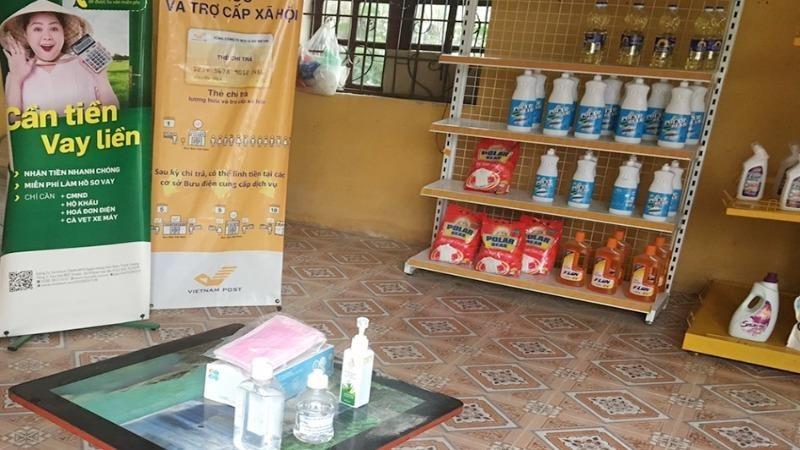 Khẩu trang và nước rửa tay sát khuẩn để ở vị trí dễ lấy phục vụ khách đến giao dịch ở Bưu cục Sơn Lôi.