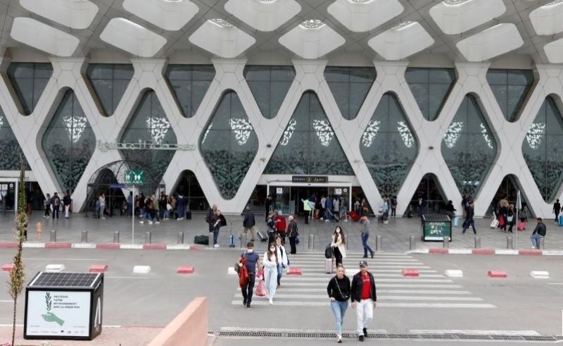 Khách du lịch chờ đợi để được hồi hương, tại sân bay Marrakech, Morocco, ngày 15/3/2020. Ảnh: Reuters.