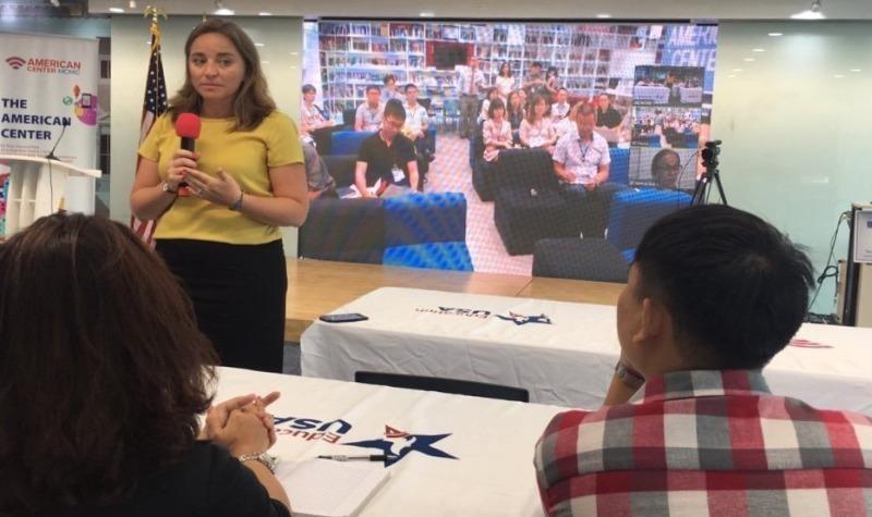 Trong một buổi họp online của một tập đoàn đa quốc gia, có trụ sở tại Mỹ.