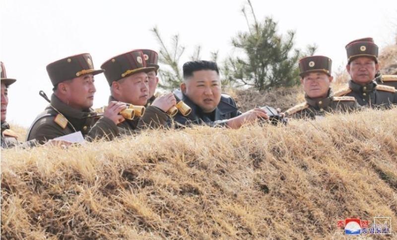 Nhà lãnh đạo Triều Tiên Kim Jong Un quan sát cuộc thi bắn pháo - ảnh do Cơ quan Thông tấn Trung ương Triều Tiên (KCNA) phát ngày 20/3/2020, Reuters đăng tải.
