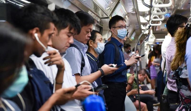 Người dân Singapore trên tàu điện ngầm.