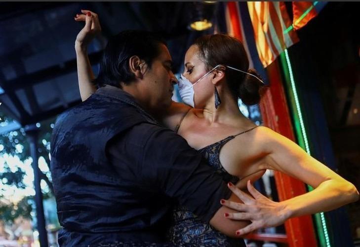 """Makrina Anastasiadou và banh nhảy nhày điệu tango """"El Morocho"""" trong một nhà hàng gần như trống rỗng sau khi các buổi tụ họp bị đình chỉ ít nhất 15 ngày để ngăn chặn sự lây lan của Covid-19, tại Buenos Aires, Argentina. Ảnh: REUTERS"""