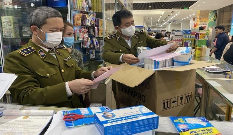 Lực lượng chức năng kiểm tra việc kinh doanh khẩu trang.