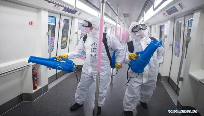 Khử trùng trên tàu điện ngầm tại một ga tàu ở Vũ Hán, Hồ Bắc, Trung Quốc. Ảnh: Tân Hoa Xã.