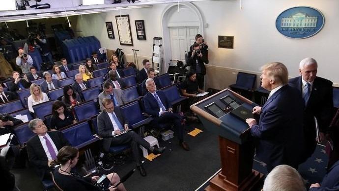 """Tổng thống Hoa Kỳ Donald Trump phát biểu cuộc họp báo về dịch Covid-18 nơi các phóng viên thực hiện """"khoảng cách xã hội"""" ngay trong phòng họp ở Nhà Trắng."""
