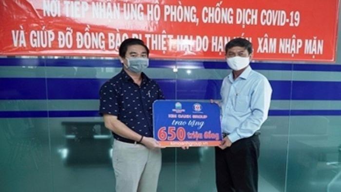 Ông Nguyễn Thuận - đại diện Kim Oanh Group - trao tiền hỗ trợ cho Mặt trận Tổ quốc tỉnh Bình Dương.