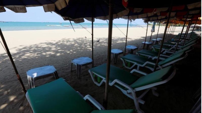 Những chiếc ghế trống trên một bãi biển thường đông đúc khách du lịch  tại Pattaya, Thái Lan, ngày 27/3/2020. Ảnh: REUTERS.