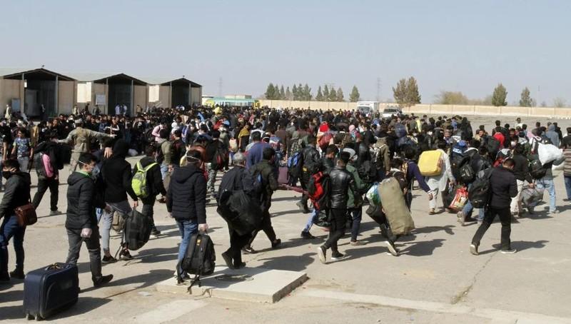 Hàng chục ngàn người Afghanistan đã trở về nhà từ Iran. Ảnh: Hamed Sarfarazi / AP