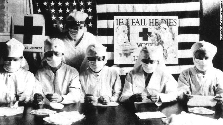 ảnh: Các tình nguyện viên Chữ thập đỏ đeo mặt nạ trong đại dịch cúm năm 1918.