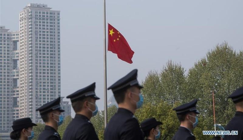 Trung Quốc treo cờ rủ, dành 3 phút mặc niệm các nạn nhân Covid-19