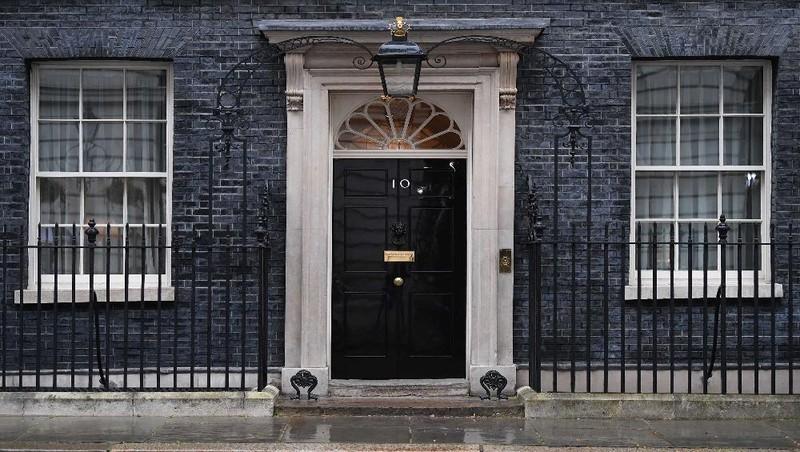 Cửa trước của  nhà số 10 phố Downing, London, ngày 6/4, sau khi Thủ tướng Anh, ông Boris Johnson qua đêm trong bệnh viện. Ảnh: AFP/ Getty