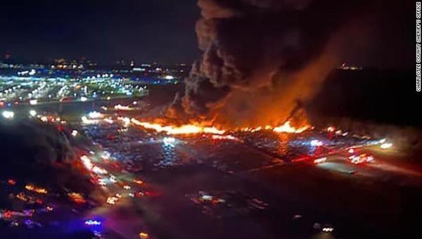 Ngọn lửa theo gió vào gần sân bay. Ảnh: CNN