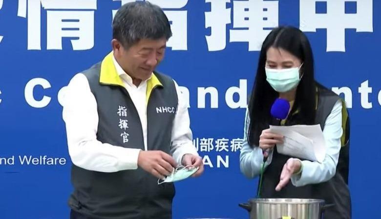 Quan chức y tế Đài Loan hướng dẫn người dân tái sử dụng khẩu trang