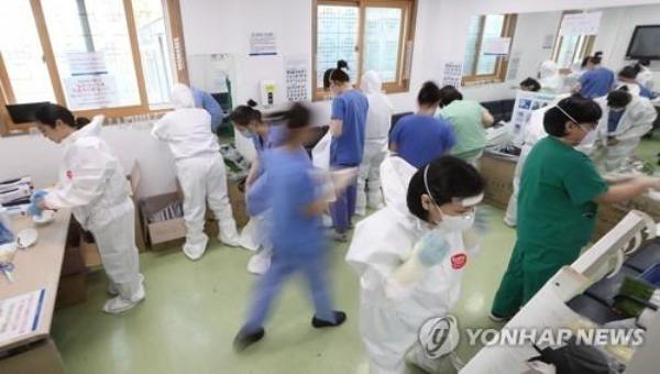 Nhân viên y tế tại Bệnh viện Dongsan ở Daegu  điều trị cho bệnh nhân Covid-19. Ảnh: Yonhap.