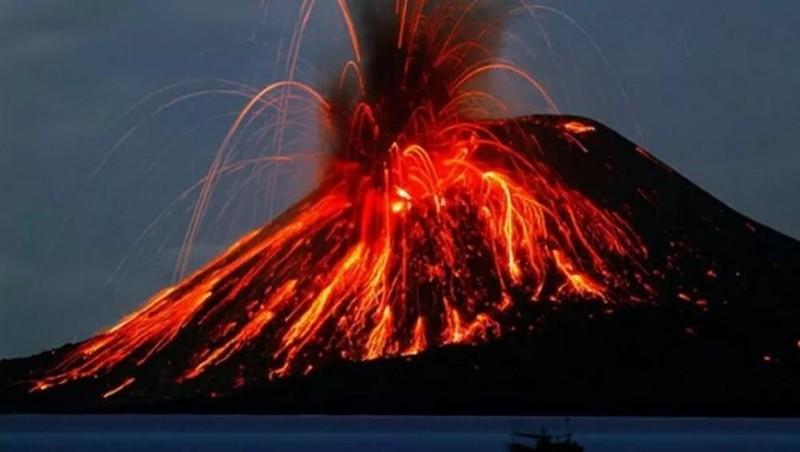 Núi lửa Krakatau (Indonesia) phun trào, tro bụi bay xa 14 km