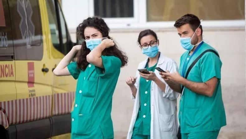 Nhân viên y tế bên ngoài Bệnh viện 12 de Octubre ở Madrid. Ảnh: GETTY