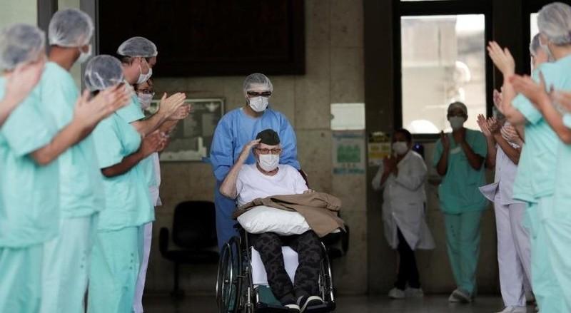 Cụ ông Ermando Armelino Piveta khi rời Bệnh viện Lực lượng Vũ trang, tại Brasíc, Brazil, ngày 14/4/2020.Ảnh: REUTERS