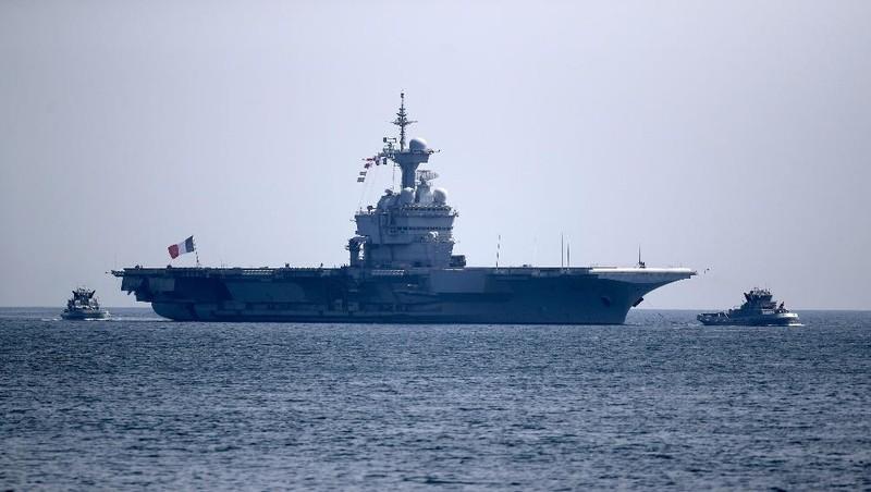 Tàu sân bay Charles de Gaulle của Pháp đến vịnh Toulon, Pháp, vào ngày 12/4. Ảnh: AP