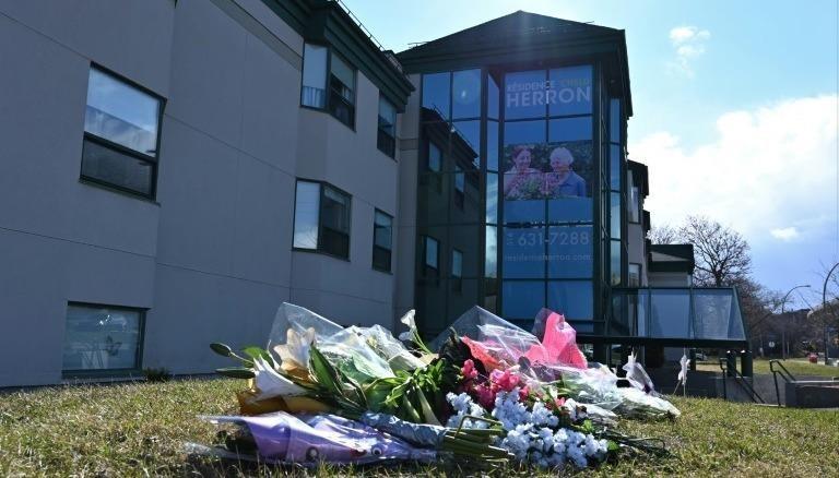 Hoa tưởng nhớ 31 người đã chết tại trung tâm Herron, Canada. Ảnh AFP, chụp ngày 16/4