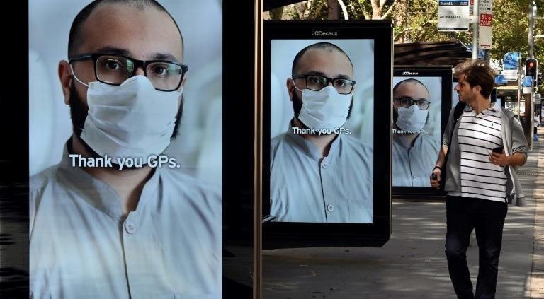 Bản tin cảm ơn các nhân viên y tế trên đường phố Sydney, Úc, ngày 15/4/2020. Ảnh: AFP