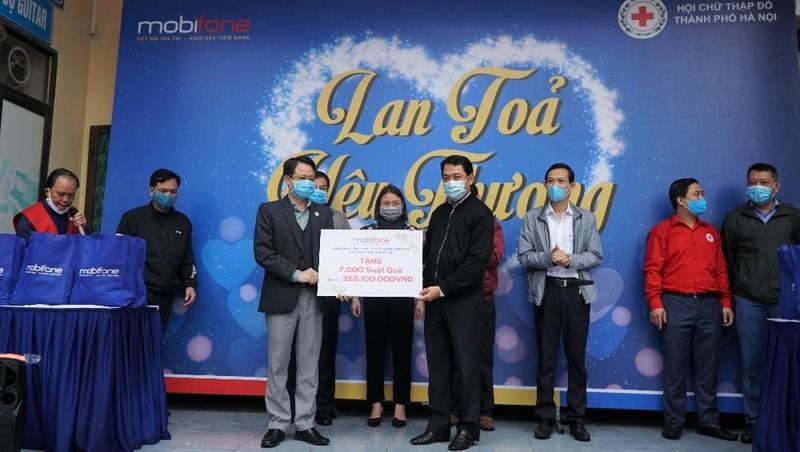 Công đoàn MobiFone tặng 7.000 phần quà cùng người nghèo Hà Nội vượt đại dịch Covid - 19