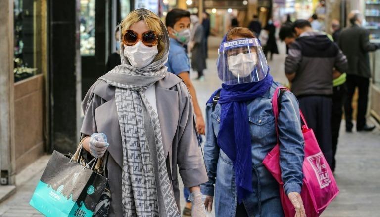 Phụ nữ đeo khẩu trang trên đường phố Tehran (Iran), ngày 25/4/2020. Ảnh: Reuters.