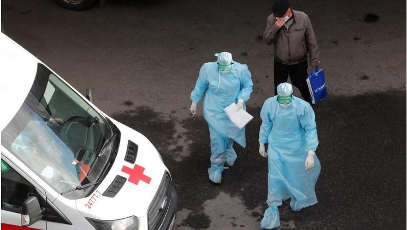 Các chuyên gia y tế bên ngoài bệnh viện Pokrovskaya, nơi chữa trị cho bệnh nhân nhiễm COVID-19 tại Saint Petersburg, Nga, ngày 27/4/2020. REUTERS / Anton Vaganov