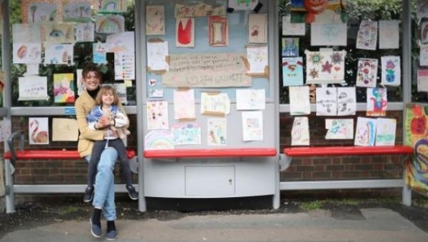 Cổ vũ tinh thần chống COVID-19 kiểu Anh: Phòng tranh bến xe buýt