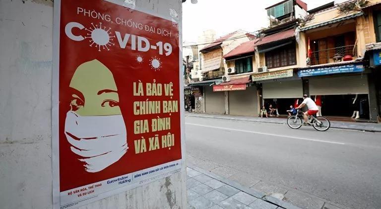 Một áp phích cảnh báo về bệnh coronavirus (COVID-19) trên đường phố Hà Nội, Việt Nam. Ảnh: Reuters.