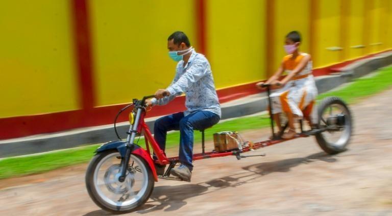 """Thú vị mô tô """"giãn cách xã hội"""" của anh thợ máy Ấn Độ"""