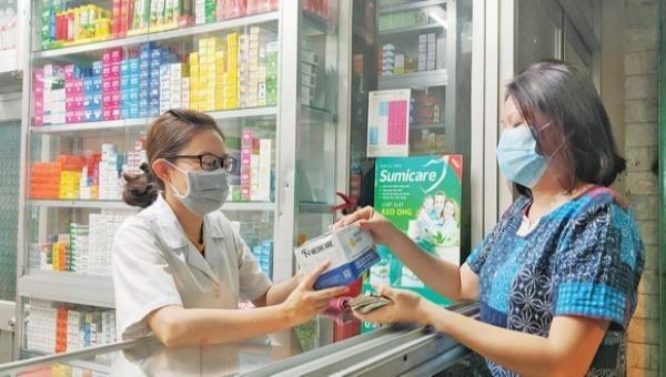 Khách mua thuốc ho, sốt, nhà thuốc thực hiện khai báo thông tin như một điểm kiểm dịch